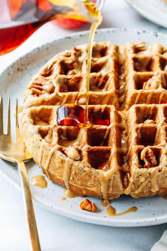 brunch rezepte zum vorbereiten, waffeln mit zimt und äpfeln garniert mit honig, früchstücksideen