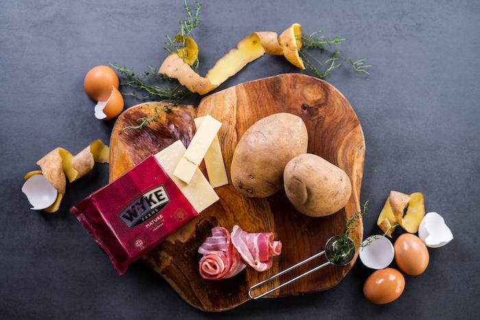 Schnelle Brunch Rezepte, Zutaten für Vulkankartoffeln , zwei Kartoffeln, Bacon Scheiben, Cheddar und Eier, frischer Thymian