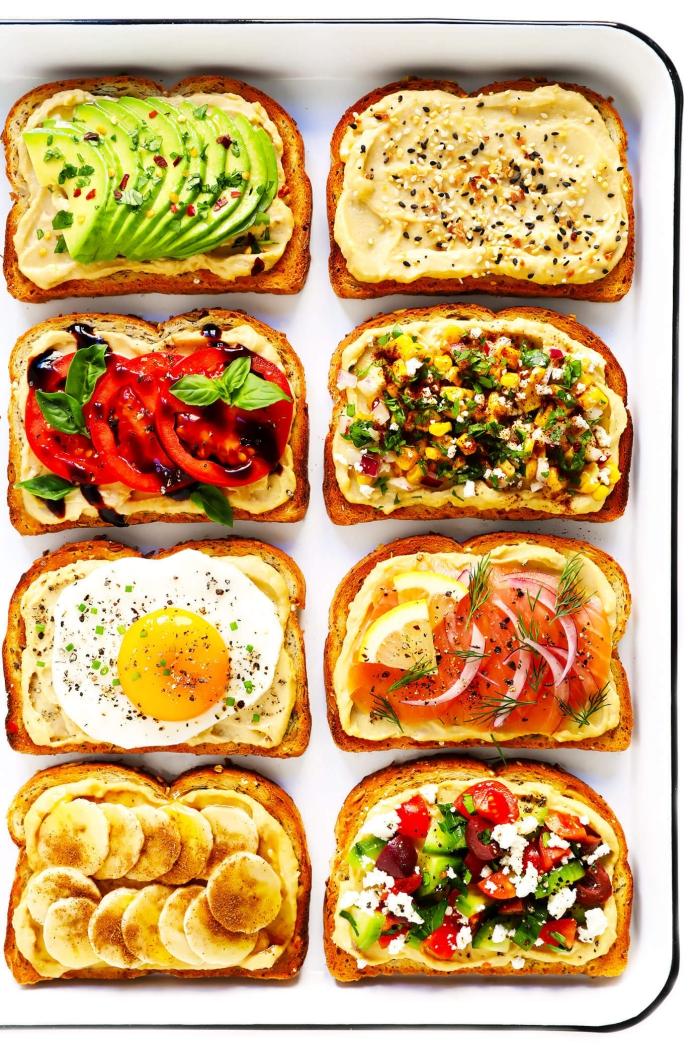 brunch was gehört dazu, brotscheiben garniert mit verschiedenen zutaten, toast mit eiern und avocado, bananen