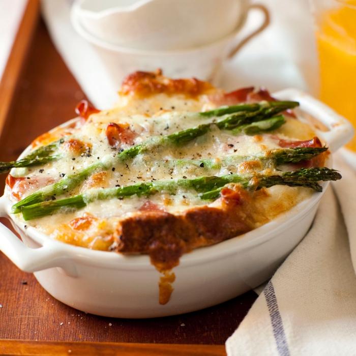 mini kasserolle mit käse, eiern und spargeln, brunch was gehört dazu, strata mit käse