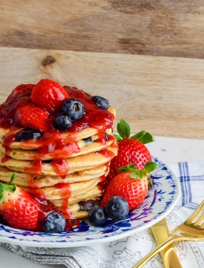 frühstücksideen, brunch was gehört dazu, pfannkuchen mit blaubeeren und erdbeeren