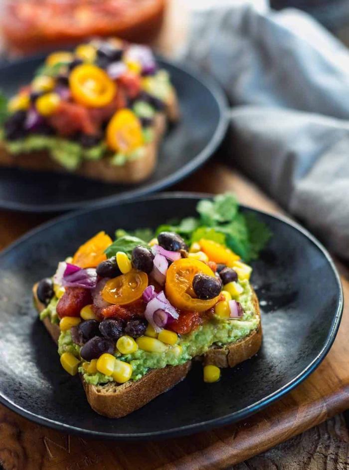 toasts mit avocado, cherry toamten, mais, schwarzen bohnen und zwiebel, brunch was gehört dazu