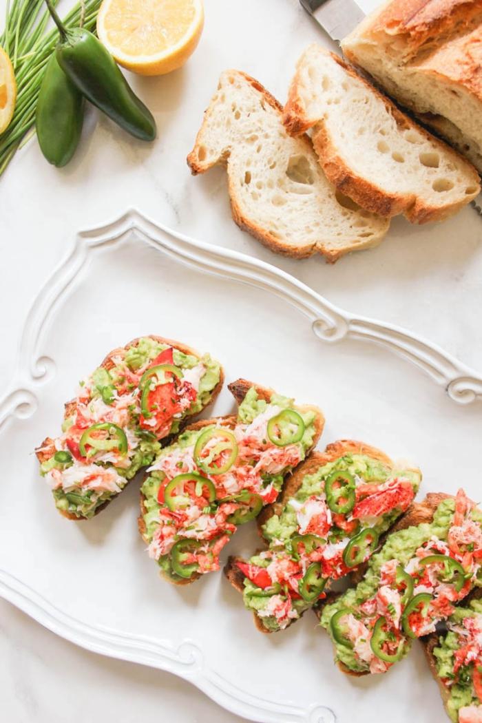 brunch was gehört dazu, toasts mit avocado, tomaten, zitronen, seekrebs und jalapeno