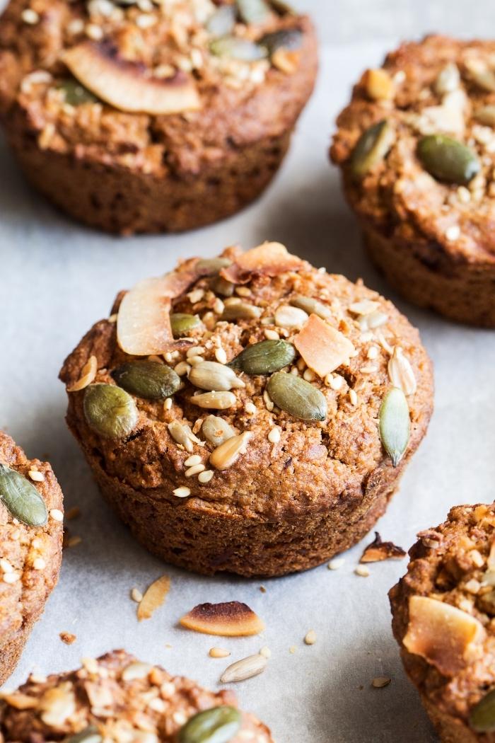 cupcakes rezepte einfach, gesunde muffins mit kokosflocken und samen, kürbissamen