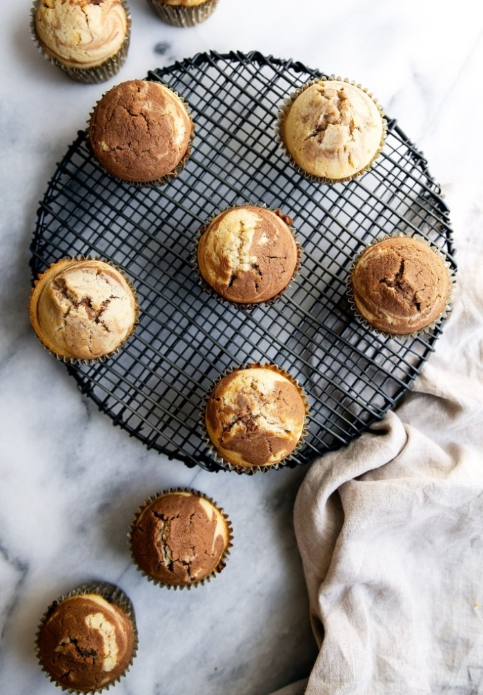 zweifarbige cupcakes rezepte einfach, marmor muffins zubereiten, geburtstagsideen