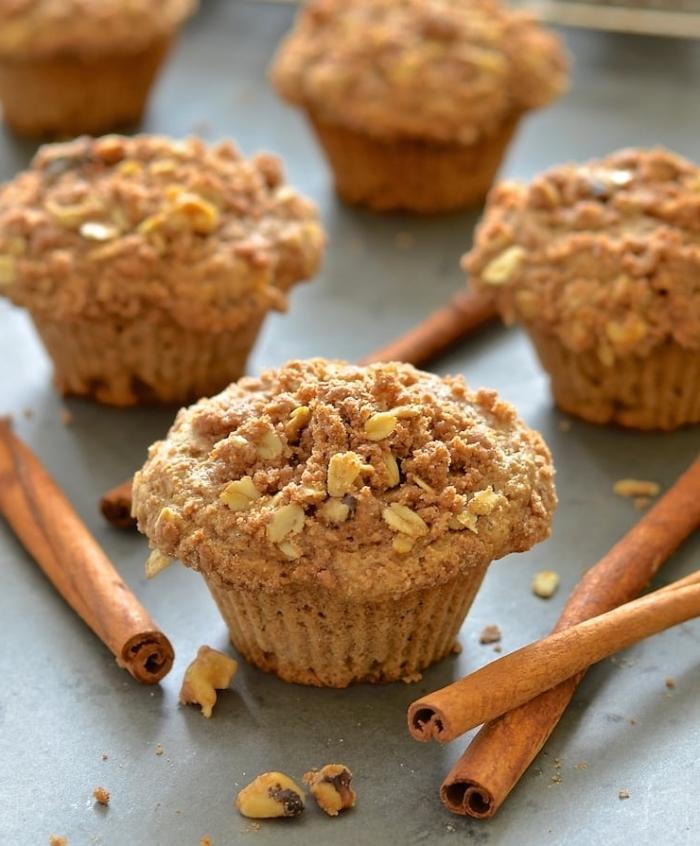 cupcakes rezepte einfach, selsbtgemachte muffins mit zimt und haferfocken garniert mit zerbröselten keksen