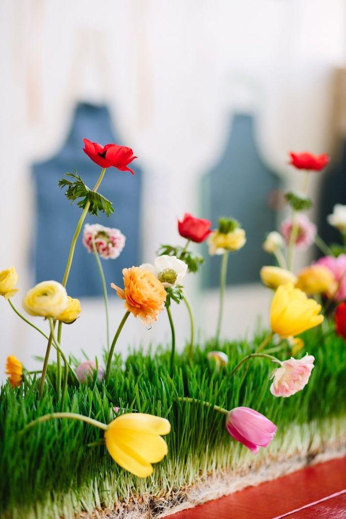Farbenfrohe Tischdeko für Ostern, echte Tulpen und Ranunkeln für Frühlingsstimmung
