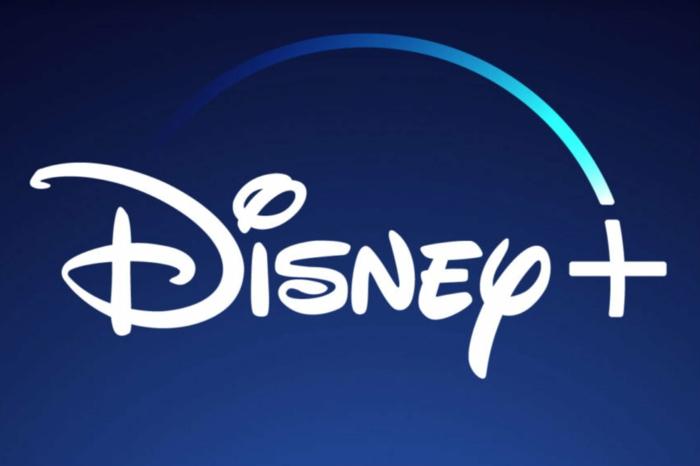 ein blauer Hintergrund mit dem Logo von Disney+ mit weißen Buchstaben geschrieben