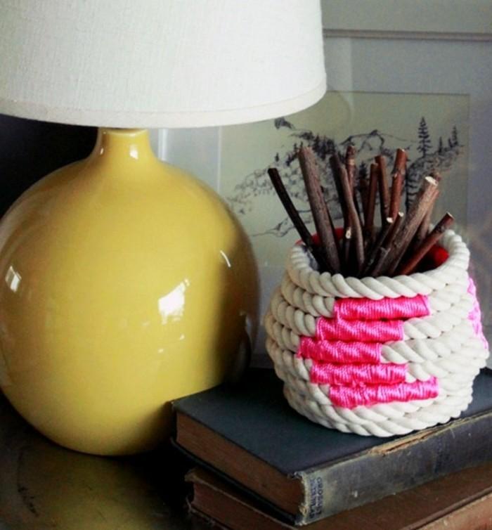 süße geschenke für freundin, deko ideen zum inspirieren, lampe gelb und weiß, bleistifthalter