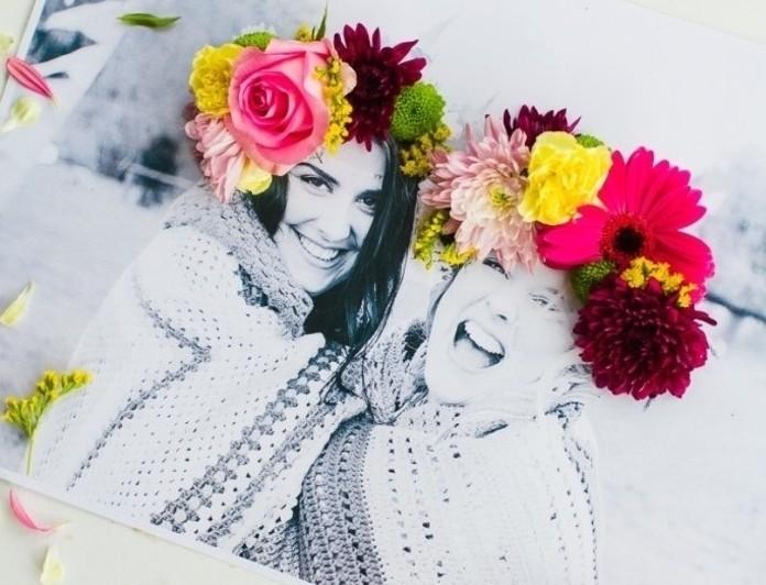 geburtstagsgeschenk ideen yum inspirieren und nachmachen, zwei freundinnen auf einem schwarz weißen foto mit blumen in den köpfen, bunte deko von einem foto
