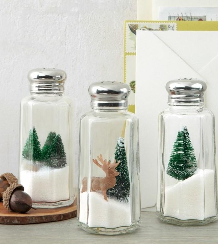 geschenk für freund selber machen, glaskugel salz und darin weihnachtsbäume und elch, weihnachtsgeschenke