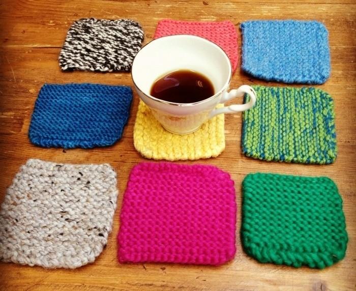 geschenk für freund selber machen, untertassen stricken in bunten farben, schöne idee für freune, die auf sauberkeit halten