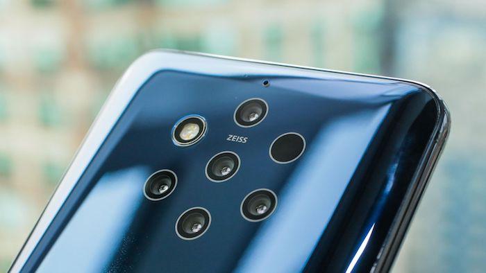 schwarzes smartphone nokia 9 pureview mit fünf kleinen zeiss-kameras