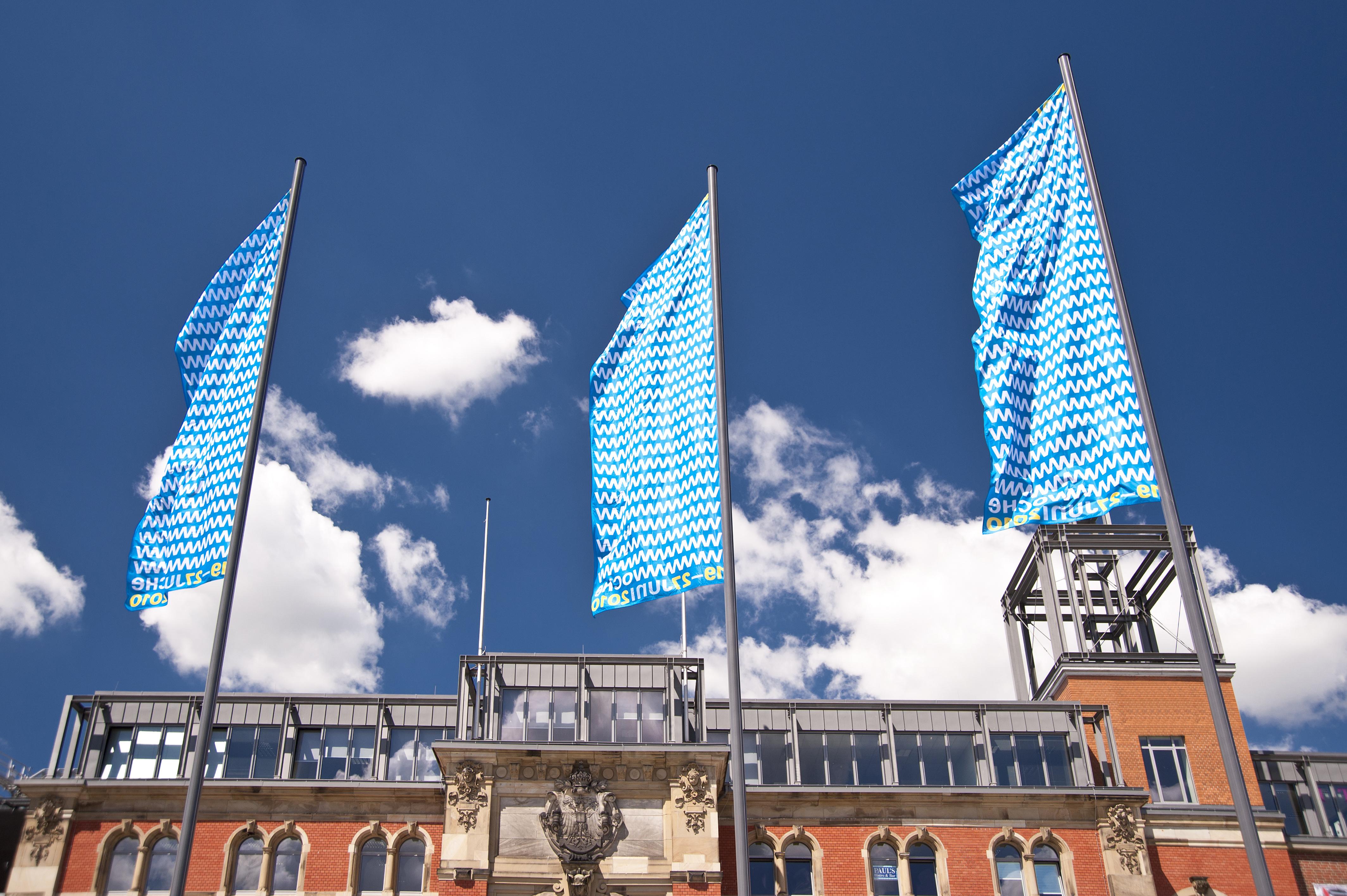 blaue fahnenmasten