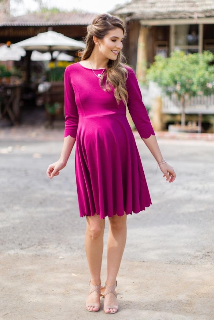 Festliches Umstandskleid in Violett, Sommermode für Schwangere in fröhlichen Farben