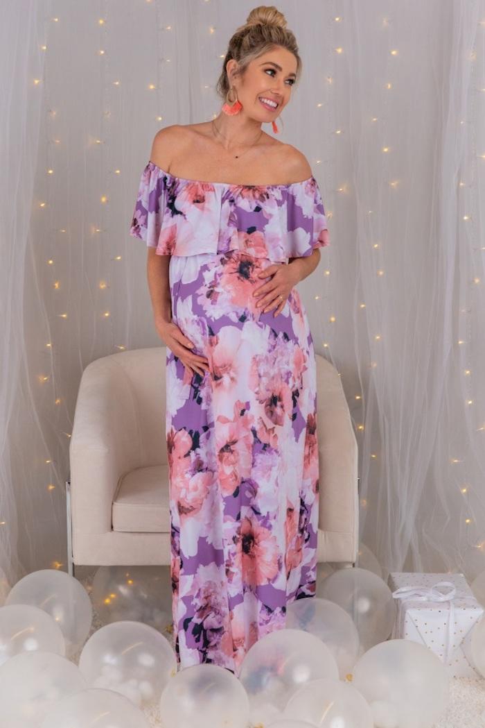 Langes Umstandskleid mit Blumenmuster, schulterfreies Sommerkleid in Rosa Lila und Weiß, Dutt Frisur