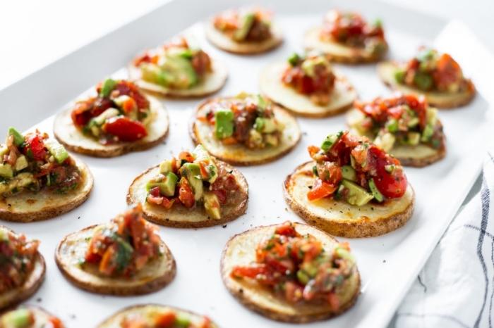 häppchen aus kartoffeln mit topping aus avocado, tomaten und paprika, fingerfood schnell und günstig