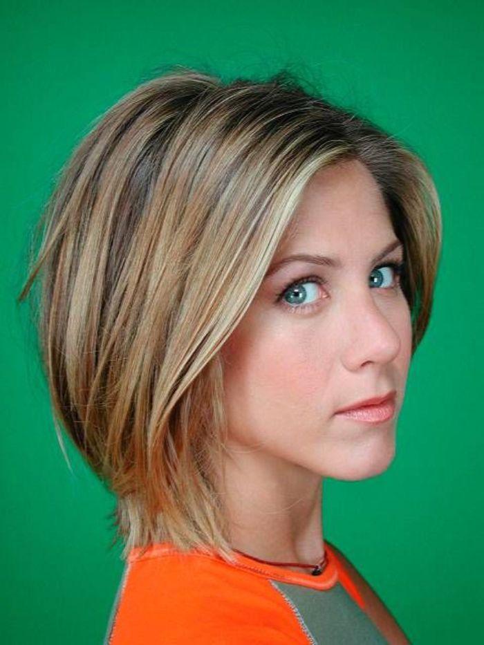 bob schnitt mittellang idee von jennifer aniston, ihre braune haare mit blonden strähnen ist ihr kennzeichen