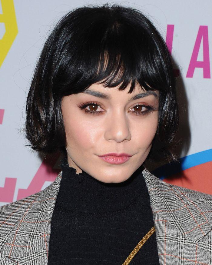 frisuren kinnlang, schwarzes haar, schwarze bluse und grauer blazer, augen make up