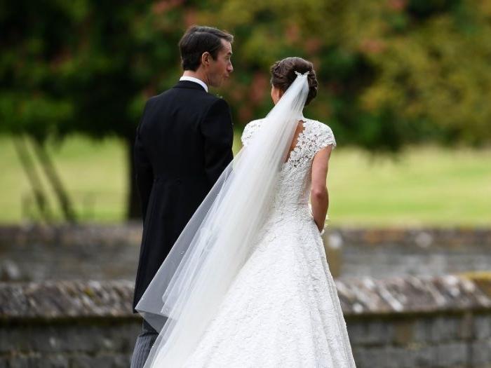 flechtfrisuren hochzeit, der schleier von pippa middleton, bild von hinten, rückenfoto, braut und bräutigam