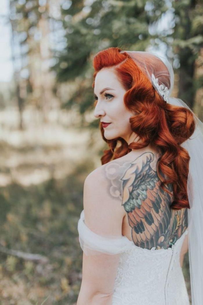 flechtfrisuren hochzeit, eine braut mit roten haaren, langes haar mit großen locken, tattoo am rücken