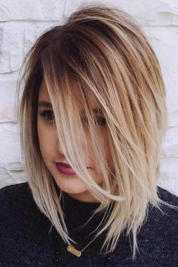 hochsteckfrisuren einfach und schnell, blonde haare zum erstaunen, dunkle ansätze, volle rote lippen