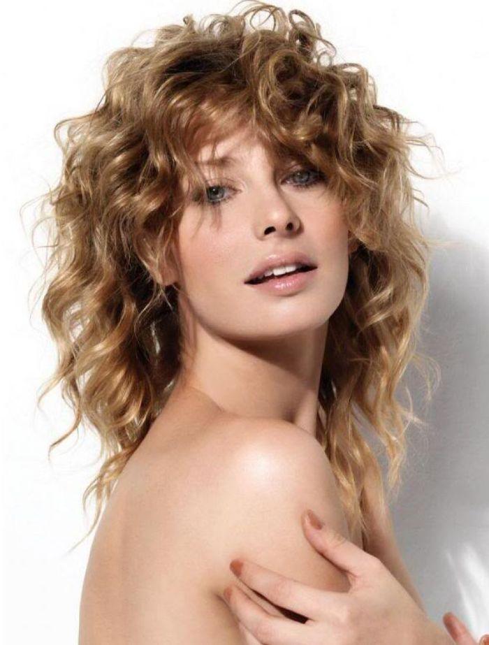 schulterlanges haar, mit wilden locken, kleine lochen schön gestalten, volumen in den haaren