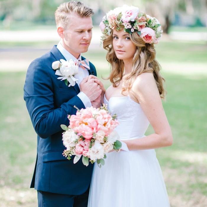 flechtfrisuren hochzeit, braut trägt großen blumenkranz auf dem kopf, bräutigam und braut, ehepaar foto
