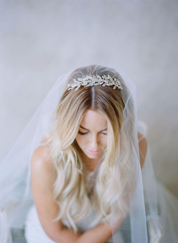 brautfrisuren lange haare, balayage blond offenes haar mit locken und tiara, schleier