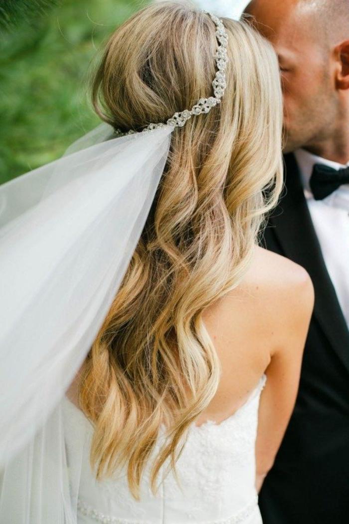 Brautfrisuren mit Schleier, mann und frau am großen tag, mann in anzug, langes blondes haar mit locken, tiara mit schleier angehängt