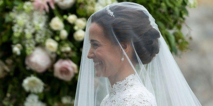 Brautfrisuren mit Schleier, pippa middleton völlig von einem schleier bedeckt, dezenter schmuck, tiara, blumen