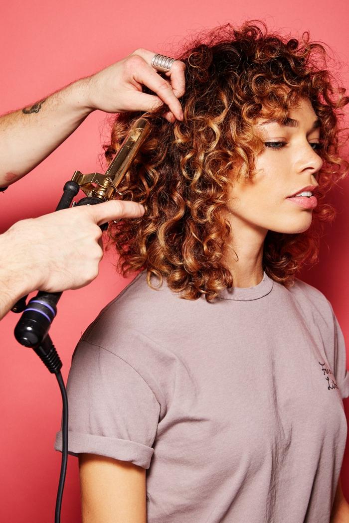 bob frisuren mit kleinen locken gestalten, lockiges haar, tshirt, lila, rosa hintergrundfarbe