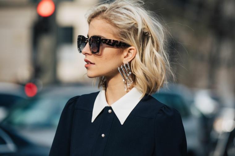 frisuren bob, eine moderne junge frau mit blonden haaren, großen ohrringen und sonnenbrille