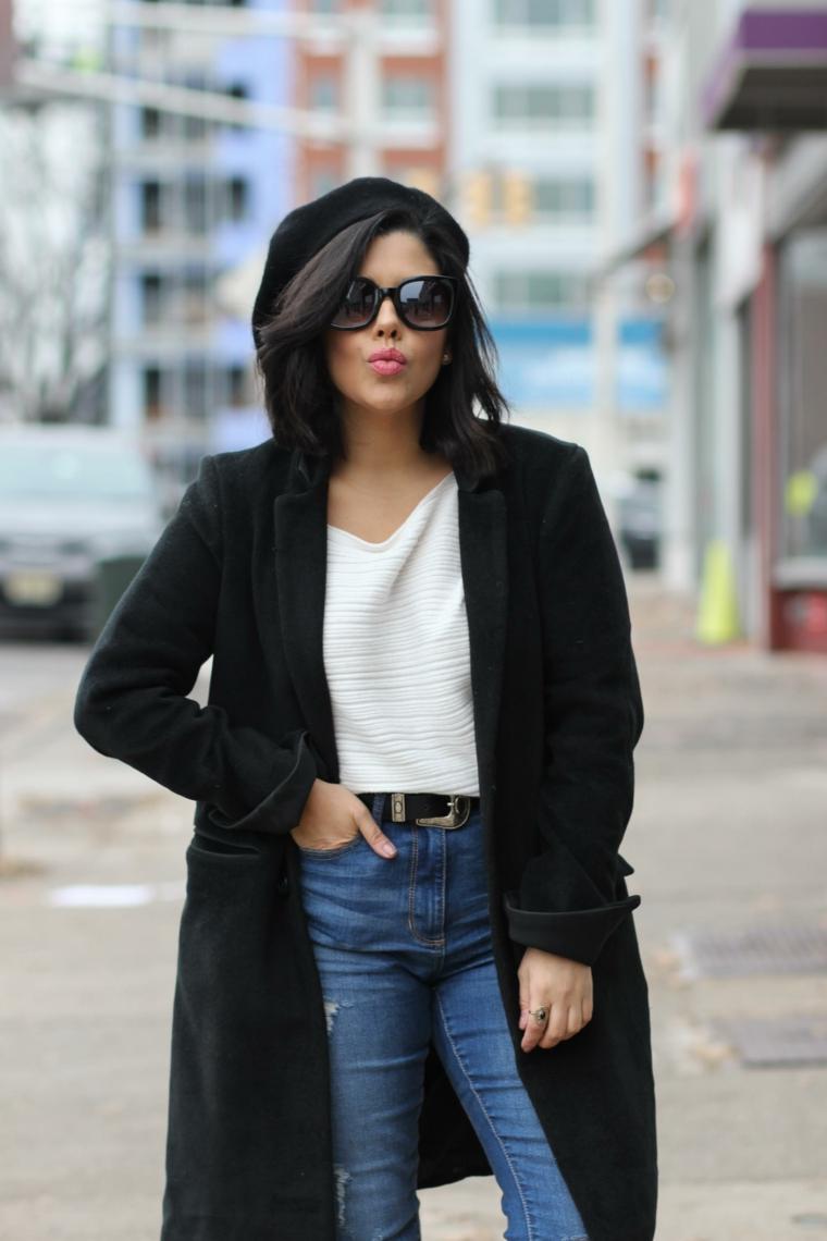frisuren bob, französischer stil eine frau mit weißer bluse, jeans, schwarzer mantel und hut