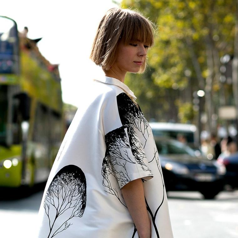 frisuren bob gerader schnitt mit dem glatteisen stylen, kreatives outfit weiße bluse mit schwarzen dekorationen am stoff