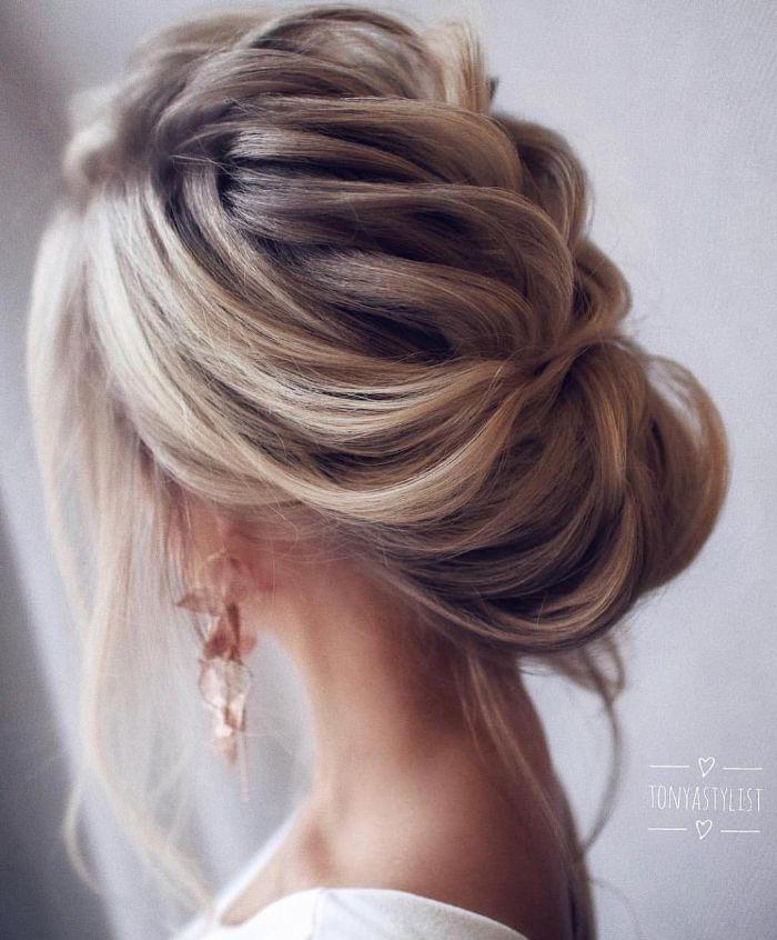 schulterlanges haar in hochsteckfrisur gestalten, blonde frau frisur zu besonderem anlass