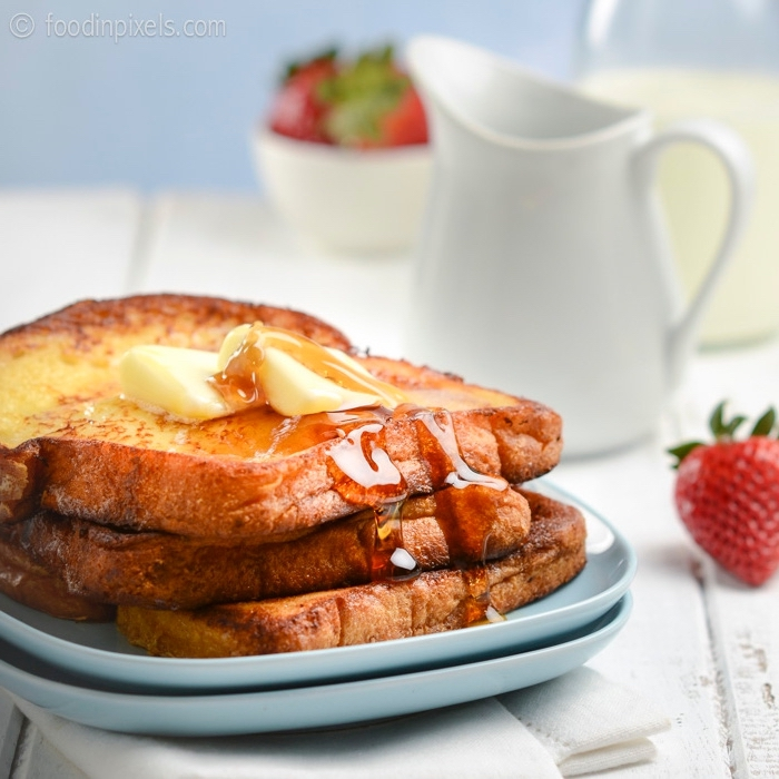 frühstück brunch, french toast, gebratene brotscheiben mit butter und honig, früstücksideen