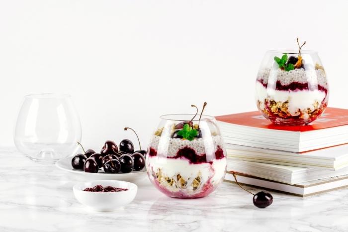 dessert im glas, nachtishc mit kirschen, joghurt, und nüssen, frühstock brunch, gesund