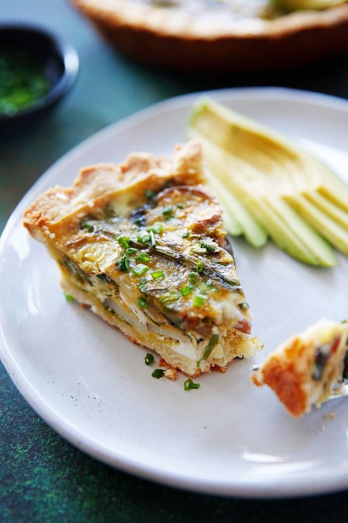 frühstock brunch, kasserolle mit eiern, pilzen, käse und oliven, schnelle rezepte zum abnehmen