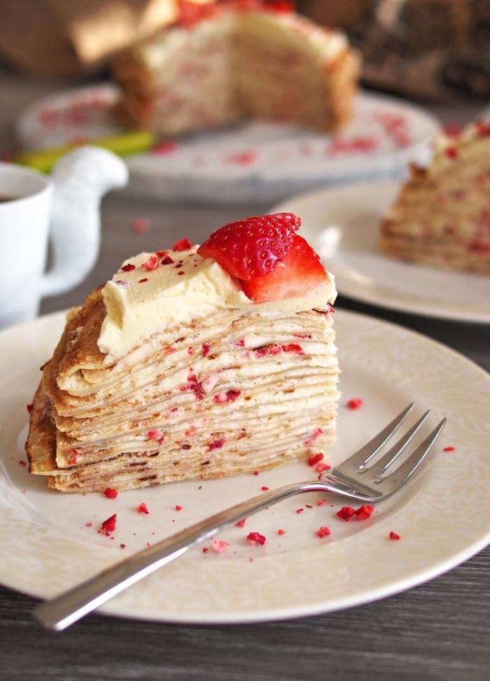frühstück brunch, torte aus pfannkuchen mit frishckäse und erdbeeren, leckeres dessert ideen