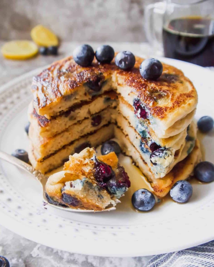 frühstück für gäste, amerikanische pfannkuchen mit blaubeeren, leckeres burnch rezept