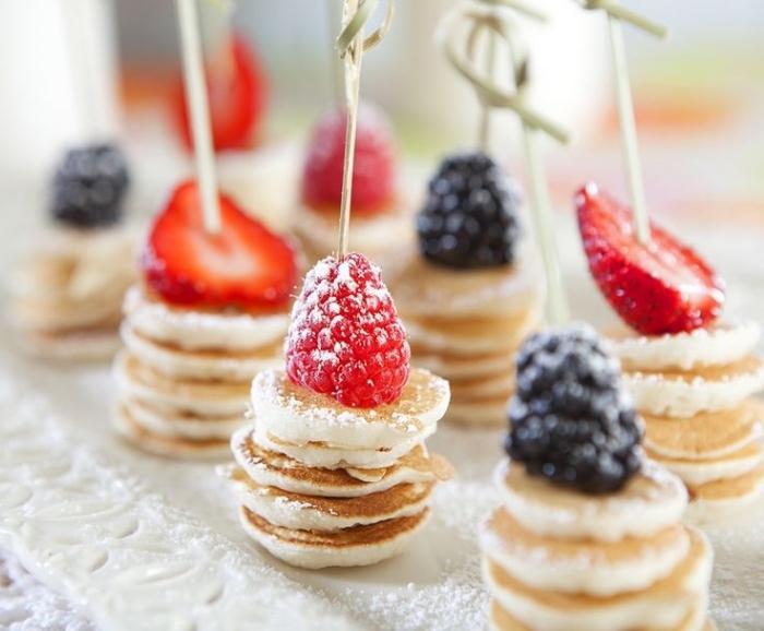 frühstück für gäste, mini pfannkuchen mit früchten, süße häppchen, puderzucker