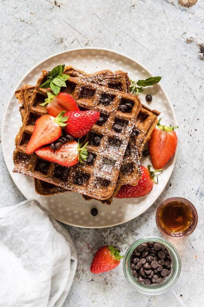 frühstück für gäste, waffeln mit schokoalde, veganer rezept, schokoladenchips, erdbeeren