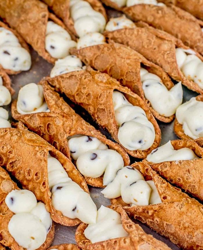 italienisches dessert, frühstücksbuffet ideen, cannoli gefüllt mit vanillecreme, nachtisch ideen
