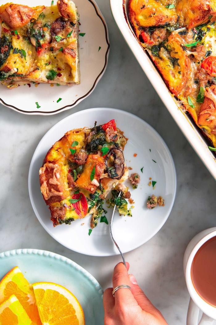 frühstücksbuffet selbst gemacht, kasserolle mit eiern, pilzen, tomaten und bacon