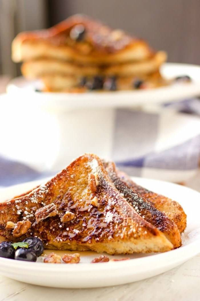 frühstücksbuffet selbst gemacht, french toast mit honig und blaubeeren, einfaches frühstück