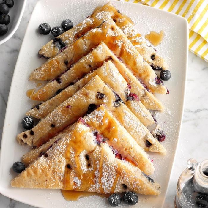 leckere frühstücksideen, frühstücksbuffet selbst gemacht, pfannkuchen mit blaubeeren, puderzucker
