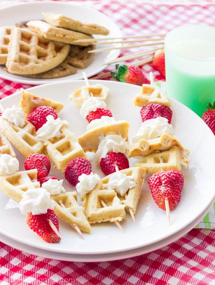 frühstücksbuffet selbst gemacht, spießen mit waffelstückchen, sahne und erdbeeren, party rezepte