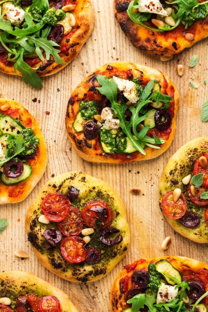 geburtstagsessen rezepte, mini pizzas mit topping aus cherry tomaten, oliven und kräutern