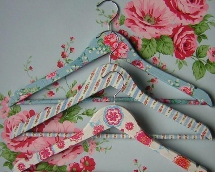 geschenkideen beste freundin selber machen, kleiderhaken mit blumen und bunten farben selber dekorieren, decoupage